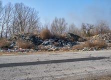 Nieupoważniony śmieciarski usyp wzdłuż drogi fotografia stock