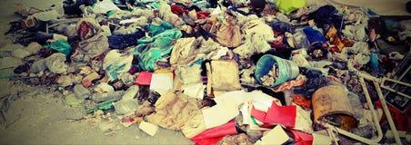 Nieupoważniony junkyard z dużo porzucający przedmiota symbol fotografia royalty free