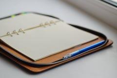 Nieurozmaicony dzienniczek na pierścionkach z błękitnym piórem zdjęcia royalty free