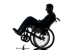 Nieustraszenie niepełnosprawny mężczyzna w wózek inwalidzki sylwetce zdjęcie royalty free