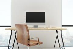 Nieuw bureau met het lege computerscherm Royalty-vrije Stock Foto's