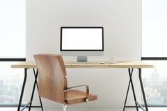 Nieuw bureau met het lege witte computerscherm Stock Fotografie