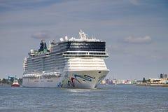 Nieuw cruiseschip dat Rotterdam, 21-2010 verlaat Juni Royalty-vrije Stock Foto