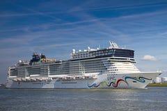 Nieuw cruiseschip dat Rotterdam, 21-2010 verlaat Juni Stock Foto's