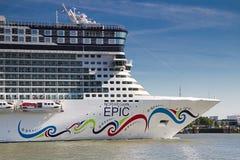 Nieuw cruiseschip dat Rotterdam, 21-2010 verlaat Juni Royalty-vrije Stock Foto's