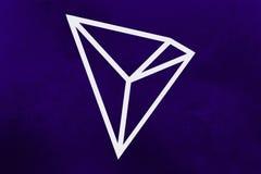 Nieuw cryptocurrencysymbool van 2018: Tron-Muntstuk op ultraviolette achtergrond royalty-vrije stock foto