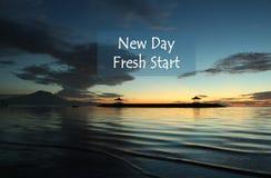 Nieuw Dagcitaat met onscherpe blauwe landschapsachtergrond stock afbeeldingen