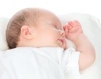 Nieuw - de geboren slaap van het de babymeisje van het zuigelingskind op een rug in witte shir Royalty-vrije Stock Foto's