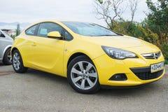 Nieuw die Opel Astra op de straat van Sotchi wordt geparkeerd Stock Afbeelding
