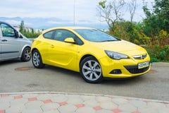 Nieuw die Opel Astra op de straat van Sotchi wordt geparkeerd Stock Afbeeldingen