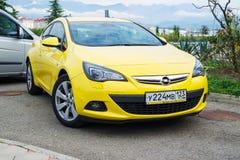 Nieuw die Opel Astra op de straat wordt geparkeerd Stock Foto's