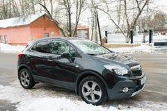 Nieuw die Opel Mokka in de winter dichtbij het huis wordt geparkeerd Royalty-vrije Stock Foto