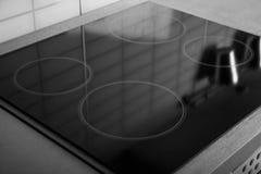 Nieuw elektrisch fornuis met inductie cooktop in keuken stock afbeelding