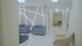 Nieuw en modieus binnenlands ontwerp in moderne kliniek stock footage