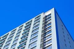 Nieuw flatgebouw op een blauwe hemelachtergrond Royalty-vrije Stock Afbeeldingen