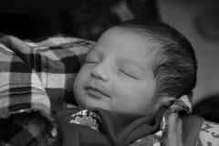 Nieuw - geboren Aziatisch babymeisje op de hand van haar moeder stock foto's