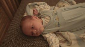 Nieuw - geboren baby, kind op het bed stock footage