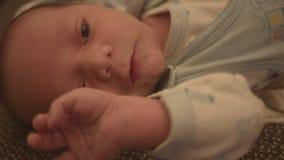 Nieuw - geboren baby, kind op het bed stock video