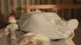 Nieuw - geboren baby, kind op het bed stock videobeelden
