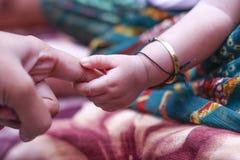 Nieuw - geboren babyhand stock fotografie
