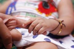 Nieuw - geboren babyhand royalty-vrije stock foto