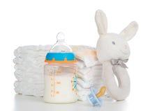 Nieuw - geboren kindstapel luiers, uitsteeksel soother, beanbag konijntje stock foto