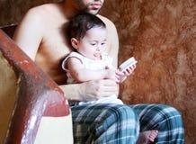 Nieuw - geboren meisje met haar vader Stock Afbeeldingen