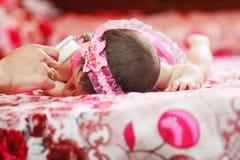 Nieuw - geboren meisjesslaap Stock Afbeeldingen