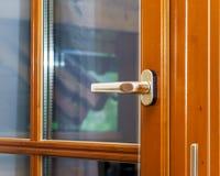 Nieuw gelamineerd bruin venster binnen mening Royalty-vrije Stock Afbeelding