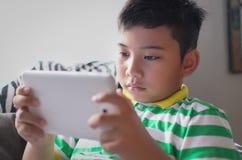 Nieuw Generatiejong geitje gebruikend nieuwe te spelen technologie royalty-vrije stock afbeeldingen