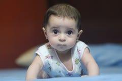 Nieuw - het geboren meisje kijken Royalty-vrije Stock Foto's
