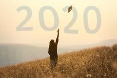 nieuw het jaarconcept van 2020 met meisje die pret in aard hebben royalty-vrije stock afbeeldingen