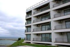 Nieuw hotel dat op de kust wordt geconstrueerd Royalty-vrije Stock Fotografie