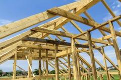 Nieuw houten ecologisch huis van natuurlijke materialen onder constru royalty-vrije stock foto