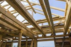 Nieuw houten ecologisch huis van natuurlijke materialen onder constru royalty-vrije stock foto's