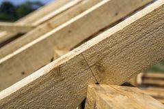Nieuw houten ecologisch huis van natuurlijke materialen onder constru stock afbeelding