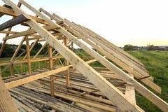 Nieuw houten ecologisch huis van natuurlijke materialen onder constru royalty-vrije stock afbeeldingen