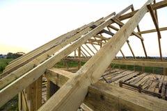 Nieuw houten ecologisch huis van natuurlijke materialen onder constru stock foto