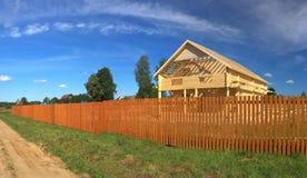 Nieuw houten huis Stock Afbeeldingen