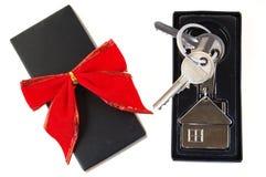 Nieuw huis als gift! Stock Afbeelding