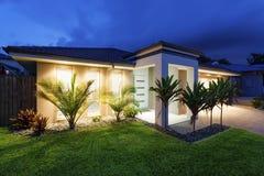 Nieuw huis bij schemer Royalty-vrije Stock Foto