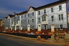 Nieuw Huis in de stad in aanbouw Stock Foto