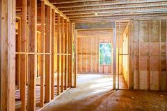 Nieuw huis die in aanbouw ontwerpen tegen royalty-vrije stock foto's