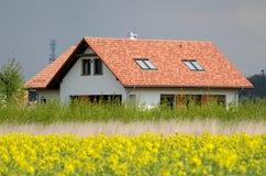 Nieuw huis in het land Stock Afbeeldingen