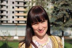 Nieuw huis: jonge vrouw voor in aanbouw de bouw Stock Fotografie