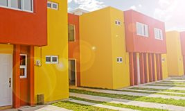 Nieuw huis in kleurrijke kleuren stock foto