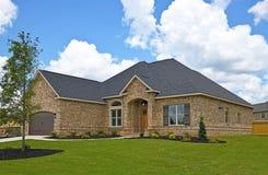 Nieuw Huis met Gazon Royalty-vrije Stock Fotografie