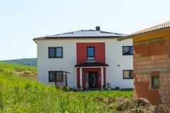 Nieuw huis met zonnetechnologie Stock Fotografie