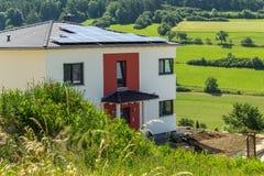 Nieuw huis met zonnetechnologie Royalty-vrije Stock Fotografie