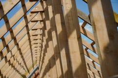 Nieuw huis momenteel in aanbouw en houten rof Stock Afbeelding